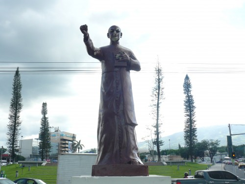 Daños a estatua de Monseñor Romero, sin cruz, rostro, manos