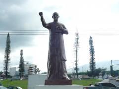 Profanación a estatua de Monseñor Romero, daños visibles en rostro, sin cruz