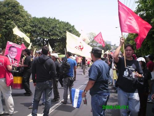 01MAY009 banderas derechos.JPG